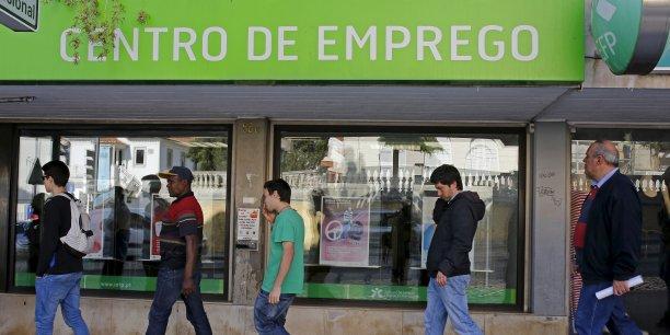 Au Portugal, le taux de chômage s'est établi à 12,4% au mois d'octobre, en légère hausse par rapport au mois précédent (12,3%).