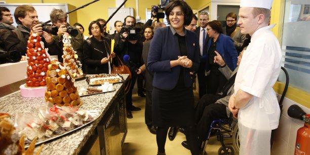 La ministre du Travail souhaite que les salariés puissent valider par referendum un accord d'entreprise accepté par une minorité de syndicats représentant au moins 30% des salariés. Photo: Myriam El Khomri en visite au Campus des métiers et de l'entreprise, à Bobigny, le 11 janvier 2016.