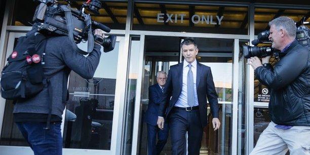 L'ancien patron controversé d'Uber, Travis Kalanick, mardi 6 février sortant de la Cours de justice fédérale de San Francisco.