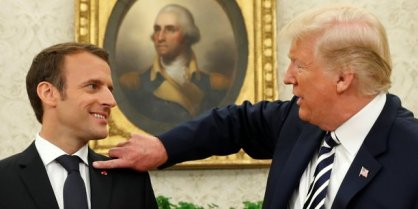 Mardi, Donald Trump recevait Emmanuel Macron dans le Bureau ovale. Avant la conférence de presse commune, le président américain n'a pas manqué d'attention à l'égard de son allié, en époussetant les pellicules se trouvant sur son costume.