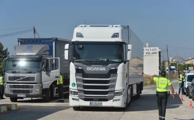 File image of a Civil Guard control of truck drivers.