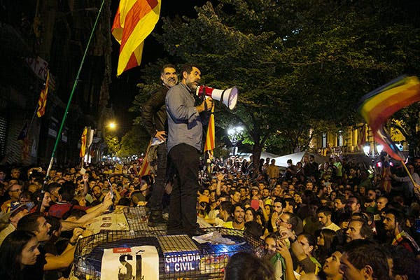 Cuixarte and Sànchez, on a Civil Guard vehicle in the siege of the Catalan Ministry of Economy.