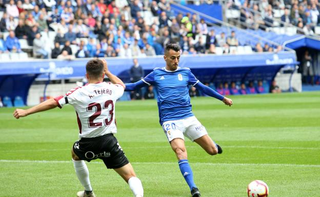 Sergio Tejera, in action, in a match with Real Oviedo.