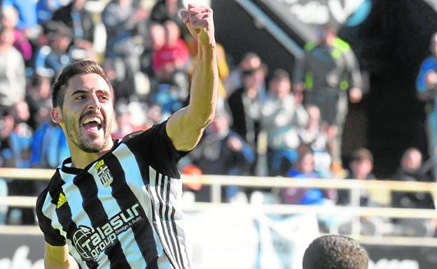 Moyita celebrates a goal with Cartagena, in the 2018-19 season.