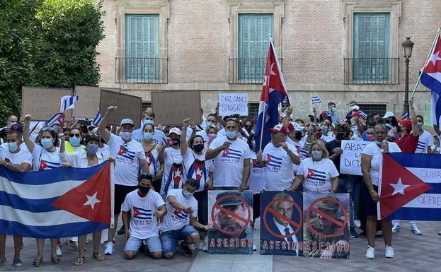 Cuban protesters, this Sunday, in La Glorieta de Murcia.