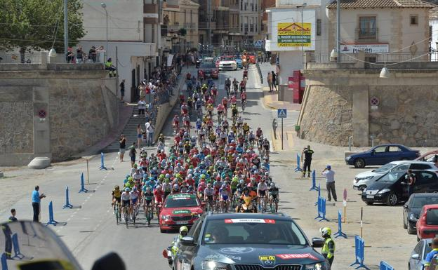 The peloton travels through the municipality of Puerto Lumbreras, in an image from La Vuelta 2018.
