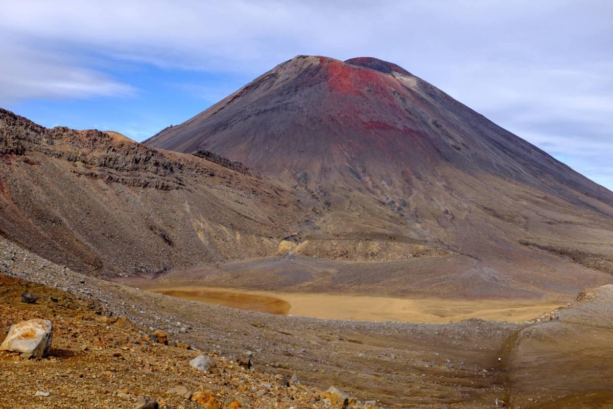 le volcan derriere nous