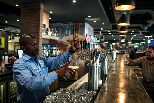 Au comptoir de la brasserie Airport Craft Brewers, dans l'aéroport OR Tambo de Johannesburg, le 17 octobre 2017 © GULSHAN KHAN AFP/Archives