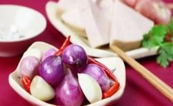 Bánh chưng ăn kèm với dưa hành sẽ rất ngon và tốt cho tiêu hóa