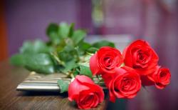 Tặng hoa bất ngờ cho bạn nữ trong 8/3 là cách tổ chức đơn giản nhất