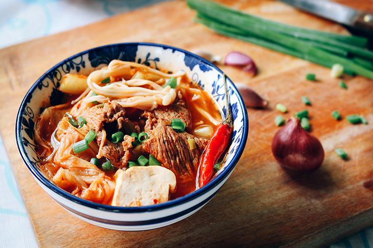 Canh kim chi cải thảo thịt bò nóng hổi cho ngày se lạnh