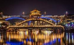 Cầu Hồng Kiều đẹp ngỡ ngàng trong cảnh sắc Phượng Hoàng Cổ Trấn