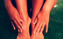 Tê bì chân tay khi ngủ là cảm giác râm ran khó chịu