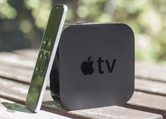 Apple TV e telecomando sul tavolo