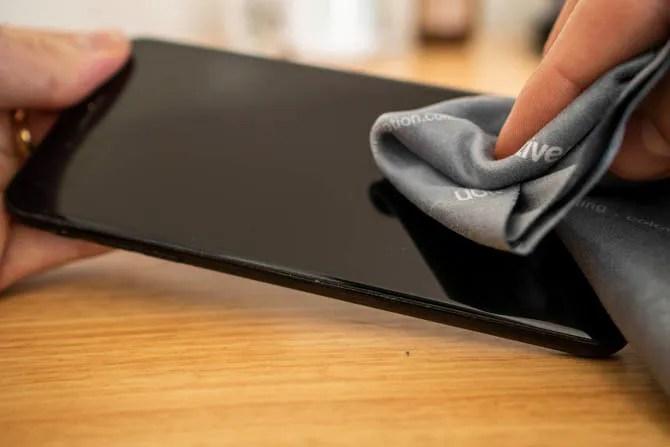 Очистите экран вашего iPhone