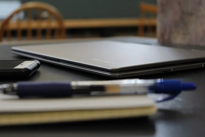 Teclast F5 su una scrivania circondata da articoli per ufficio