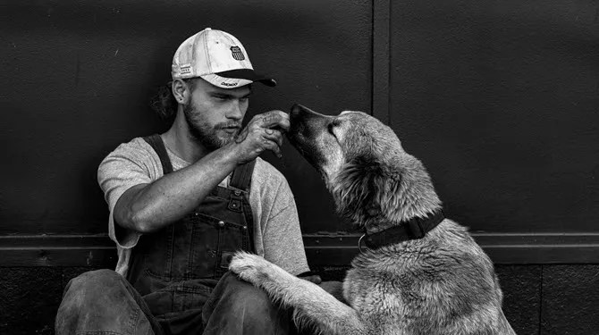 ragazzo con un cane