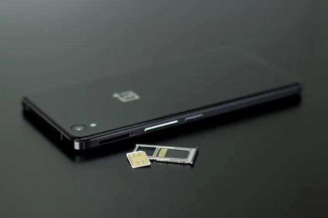 I telefoni di fascia alta dispongono di un vassoio o caddy per le schede SIM