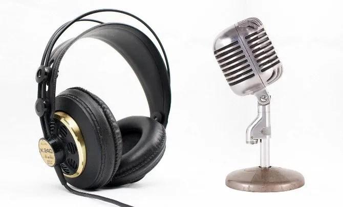 Auriculares y micrófono sobre un fondo blanco.