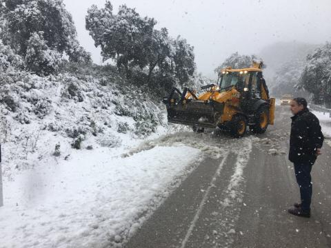 Bendodo comprueba los trabajos de Diputación en la carretera entre Olías y Venta Galwey