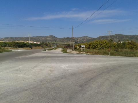 Cruce de acceso al centro penitenciario en la carretera MA-3300 (Alh. Torre-Alh. el Grande)
