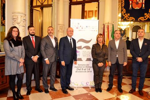 Bendodo, con los organizadores y el alcalde de la ciudad, Francisco de la Torre
