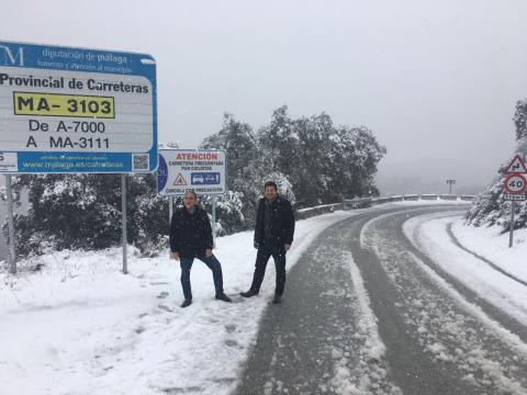 Bendodo junto a Oblaré comprueba los trabajos de Diputación en la carretera entre Olías y Venta Galwey