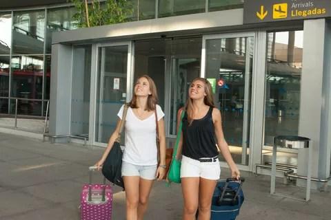 Turistas llegan al aeropuerto