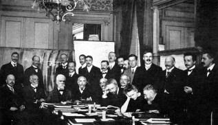 Primeira Conferência de Solvay em 1911, Bruxelas, Bélgica. Entre os cientistas presentes, estavam Ernest Rutherford, Albert Einstein e Marie Curie