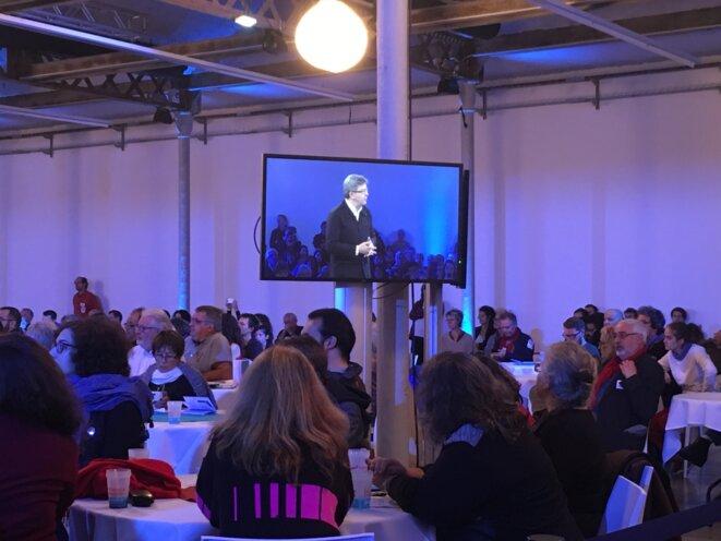 Les Insoumis attablés pendant le discours de Jean-Luc Mélenchon lors de la première convention du mouvement, en octobre 2016. © CG