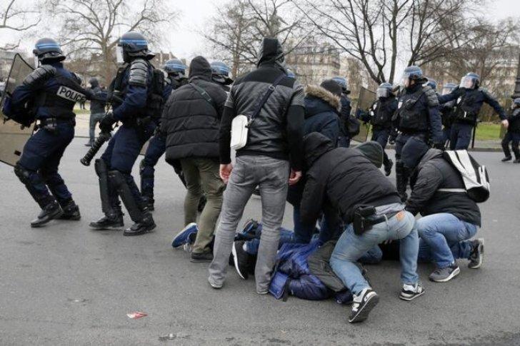 Une interpellation lors d'une manifestation contre les violences policières, à Paris, le 23 février 2017. © Reuters