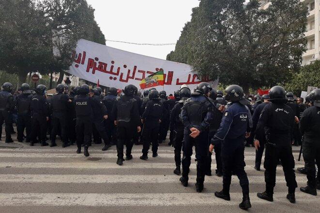 Chaque manifestation est aujourd'hui étroitement quadrillée par les forces sécuritaires en Tunisie, parfois même violemment réprimée, faisant craindre à nombre de citoyens les prémices d'un retour à l'État policier. © Lilia Blaise