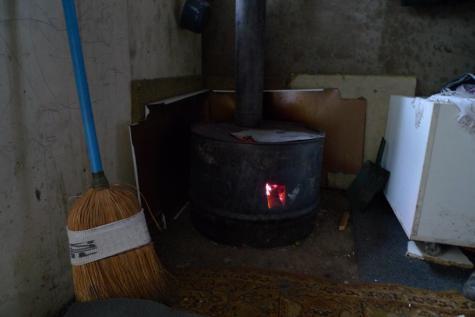 À l'intérieur, le poêle à bois brûle en continu, le 16 octobre.