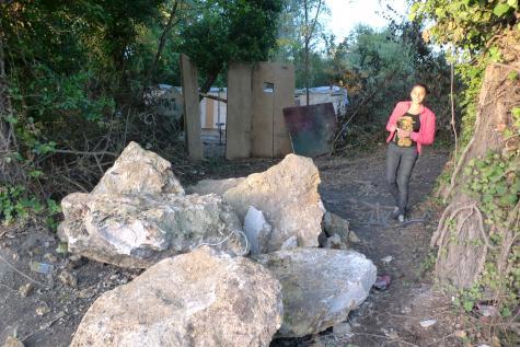 L'entrée, bloquée par la mairie, du campement de Ris-Orangis sur la N7, le 16 octobre 2012.