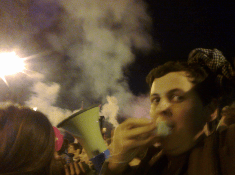 Un manifestant devant le barrage de CRS, le 17 avril.
