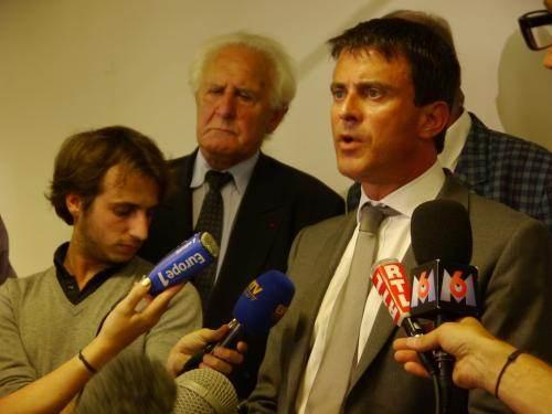 La conférence de presse, prévue, à l'air libre a dû être rapatriée dans la mairie.