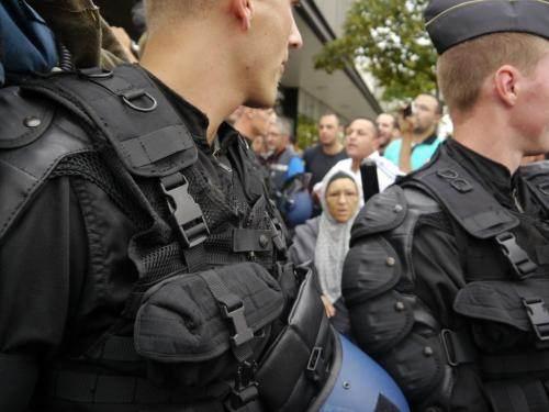 Les gendarmes mobiles contiennent les habitants lors de la visite de Manuel Valls à Amiens, mardi 14 août.