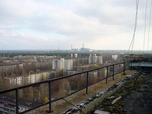 La centrale de Tchernobyl vue de la ville abandonnée de Prypiat