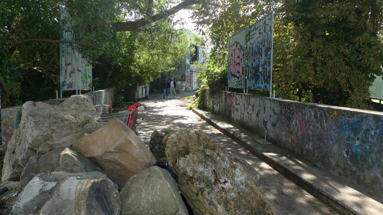 À l'entrée de l'usine Galland des blocs de pierre interdisent l'accès aux véhicules. (CF)