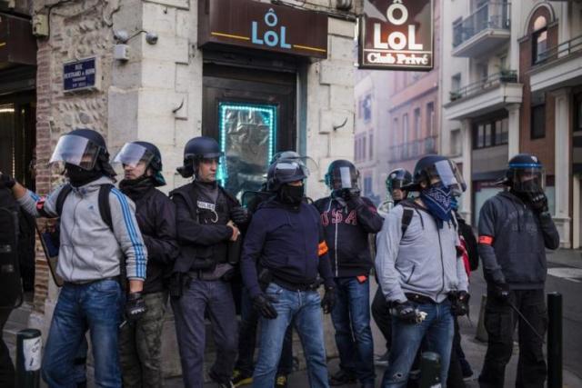 Toulouse, 8 novembre 2014. Des policiers en civil attendent au croisement de ruelles. Le climat est très tendu.