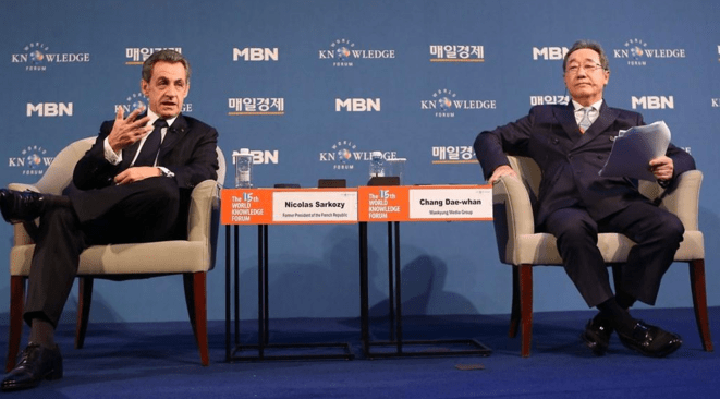 Nicolas Sarkozy et Chang Dae-whan au World Knowledge Forum de Séoul (Corée du Sud), le 14 octobre.