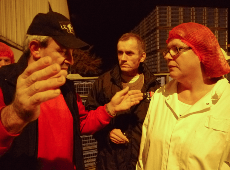 Trois heures du matin, sur le parking de l'usine, Jean-Claude veut durcir le ton