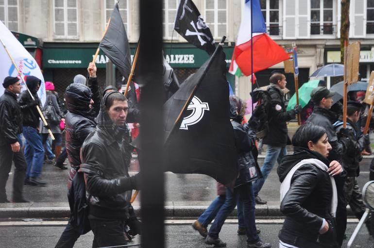 Des manifestants avec des drapeaux ornés de la croix celtique, emblème du G.U.D.