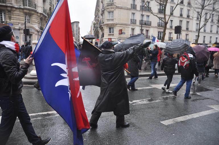 Dans la foule, dimanche, un manifestant faisant un salut nazi.