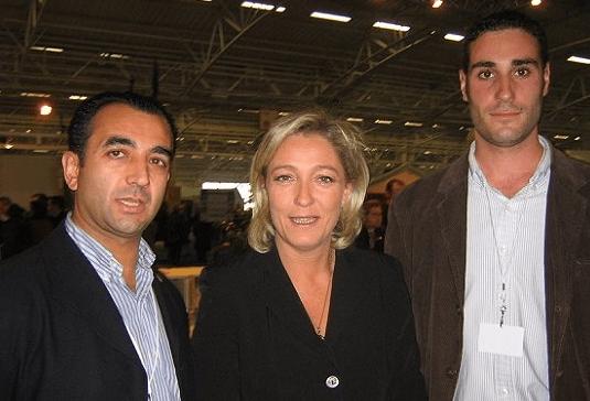 Marine Le Pen en 2006 avec des membres de la Phalange, dont son dirigeant, Manuel Andrino (à gauche).