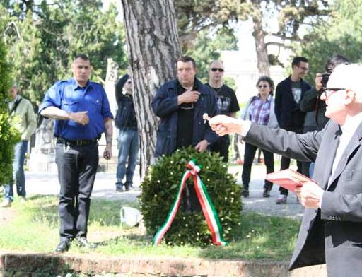 Christophe Georgy avec l'Œuvre française, lors d'une célébration de Mussolini en Italie, en avril 2012.