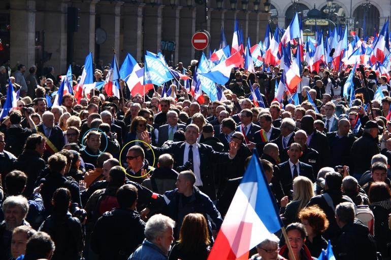 Axel Loustau (cercle bleu) et Daniel Mack (cercle jaune) assurent la sécurité du défilé du 1er-Mai du FN, en 2012.