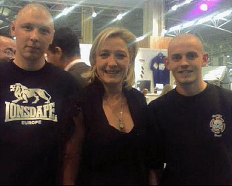 Marine Le Pen posant avec deux néonazis lyonnais, Grégoire (à gauche) et Anthony (à droite).