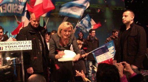 Mathieu Spieser (debout à droite) lors dumeeting de Marine Le Pen à Toulouse, le 5 février 2012.