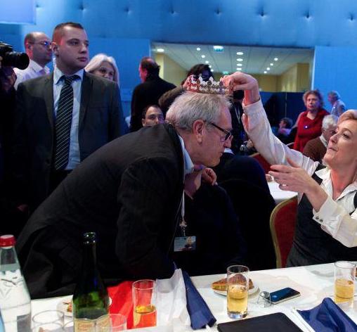 Mathieu Spieser (debout à gauche) assurant la sécurité de Marine Le Pen, muni d'une oreillette.